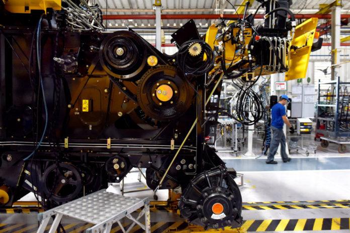 De acordo com a Fundação Getulio Vargas (FGV), o índice que mede a confiança da indústria recuou 1,0 ponto em outubro em relação
