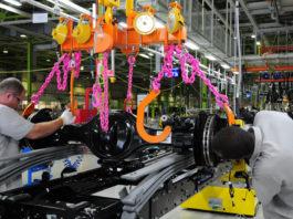 A produção industrial do Brasil contrariou as expectativas e subiu em fevereiro pelo segundo mês seguido. No entanto, alguns segmentos