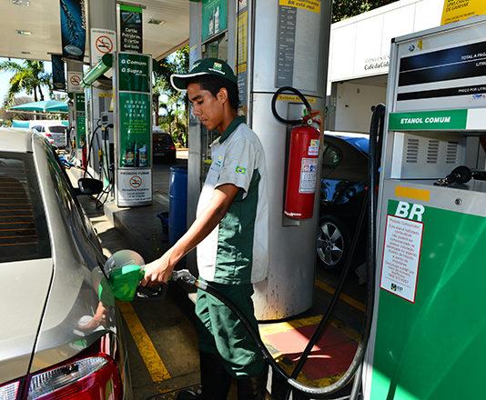 Os preços dos combustíveis nos postos brasileiros recuaram mais uma vez na útima semana. Isso acontece após consecutivos cortes dos valores nas refinarias