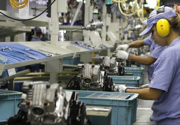 A produção industrial fechou o mês de julho com recuo de 0,3%, de acordo com dados do IBGE. Dessa forma, os dados registram a terceira queda consecutiva,