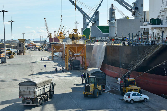 Em linha com as projeções de crescimento da economia, o governo estima alta de 3% a 4% na movimentação de cargas nos portos públicos em 2020.