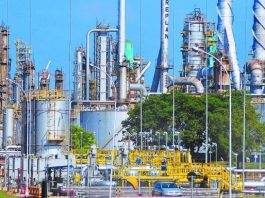 O petróleo perdeu os ganhos verificados mais cedo e opera em queda acima de 1% nesta terça-feira (8). Os preços da commodity ensaiaram uma recuperação