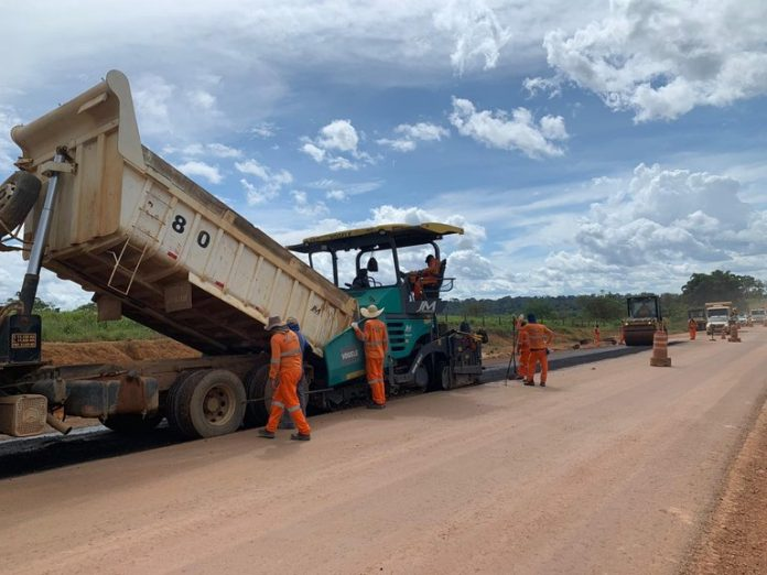 Após período de chuvas na região Norte, as obras de pavimentação na BR-163 foram retomadas pelo DNIT. A rodovia é uma das principais do páis.
