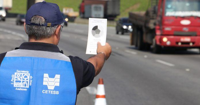 Uma fiscalização da Companhia Ambiental do Estado de São Paulo (Cetesb) autuou veículos a diesel por emissão de fumaça preta.