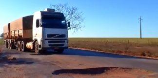 Caminhões têm dificuldade para trafegar na MT-358 — Foto: Reprodução/TVCA