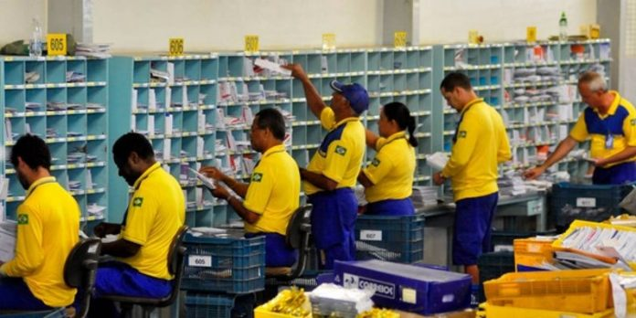 De acordo com estimativa deWolnei Capoli, presidente do Sindicato dos Trabalhadoresna Empresa Brasileira deCorreiose Telégrafos e Similares deUberabae Região (Sintect-URA), os correios perderam 28 mil funcionários em oito anos