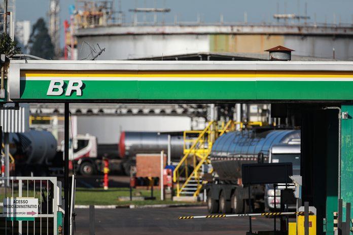 APetrobras aumentou na última semana, o preço da gasolina em suas refinarias em 4%, enquanto o diesel teve elevação de 5%. Assim, de acordo