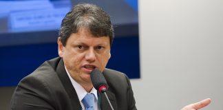 O ministro da Infraestrutura, Tarcísio de Freitas, disse que o governo estuda medidas para 'blindar' os caminhoneiros em relação as flutuações do diesel.