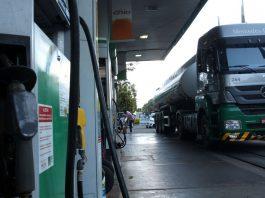 A Petrobras anunciou um reajuste nos preços do litro do diesel em 7% e da gasolina em 5%. Assim, os novos valores começaram