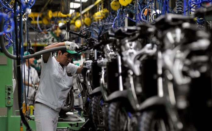 De acordo com o IBGE, a produção industrial brasileira registrou em junho uma queda de 0,6% na comparação com maio. É o segundo mês seguido de contração.