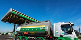 A Petrobras anunciou às distribuidoras que vai aumentar a partir da quinta-feira, 12, nas suas refinarias o preço da gasolina em 6% e do diesel (500 e S-10)