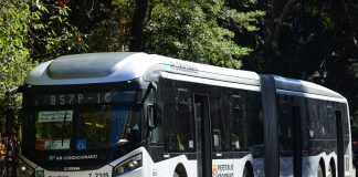 AMercedes-Benzaposta no uso doHVO (Hydrotreated Vegetable Oil ou Óleo Vegetal Hidrotratado) como solução imediata para reduzir a emissão de gás carbônico no Brasil.