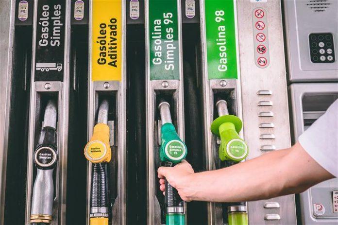 A Petrobras anunciou, nesta quinta-feira (15), redução de 4% no preço médio da gasolina vendida nas refinarias em todo o país. Dessa forma, o novo valor
