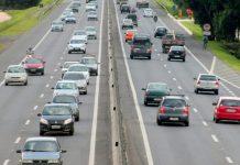 O movimento de veículos leves nas rodovias do estado de São Paulo caiu quase pela metade. De acordo com dados da Secretaria Estadual de Logística e Transportes