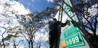 De acordo com nota oficial, a Petrobrasinformou nesta quinta-feira (30), que vai reduzir o preço médio da gasolina e do diesel nas refinarias em 3%