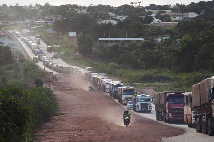 De acordo com o Ministério da Infraestrutura, a pavimentação do trecho da BR-163 acabando com atoleiros para chegar até o porto