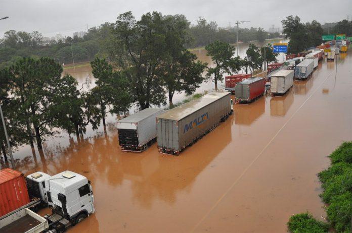 As fortes chuvas que tem castigado a cidade de São Paulo, causaram impacto direto na busca pelo transporte de cargas. Sendo assim, a procura de caminhoneiros