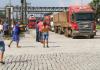 Caminhoneiros da Baixada Santista, no litoral de São Paulo, realizaram uma manifestação na entrada do Porto de Santos na manhã desta segunda-feira (17).