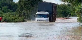 Por causa dos transbordamentos dos rios Vermelho e Ronuro, trechos das BR-174 e BR-242 foram interrompidos. Sendo assim, o escoamento da produção de leite