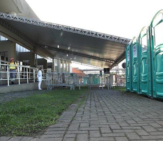 O Porto de Paranaguá está disponibilizando uma infraestrutura médica e higiênica para caminhoneiros. Assim, profissionais do setor terão a ajuda e orientação