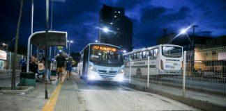 Osônibus coletivos de Fortaleza começaram a operar com 50% da frota, nesta segunda-feira (23). De acordo com a Secretaria Municipal de Conservação