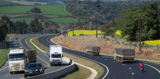 O movimento de veículos pesados, especialmente caminhões, aumentou 5,3% nas rodovias brasileiras com pedágio. Dessa forma, o aumento foi registrado