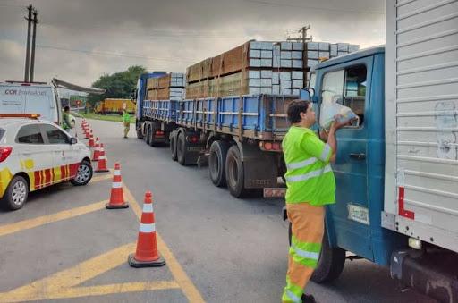 O Grupo CCR, em parceria com a JBS, irá distribuir 10 mil kits de sabonetes à caminhoneiros. Dessa forma, as empresas pretendem ajudar os profissionais