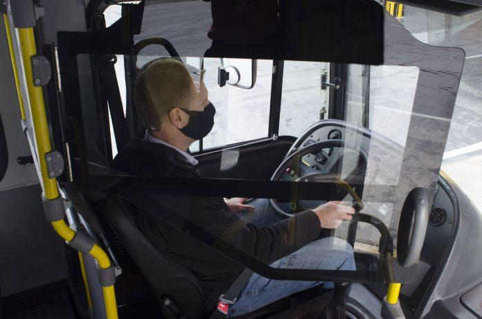 A Marcopolo desenvolveu um sistema de divisórias que funciona como uma barreira de proteção para motoristas e cobradores. Dessa forma, a empresa