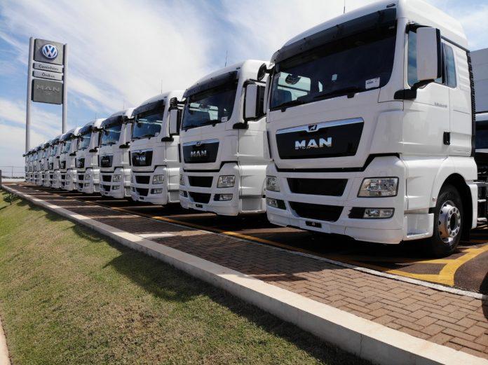 O governo prepara um novo programa voltado para a renovação da frota de caminhões. Assim, buscando satisfazer categoria de caminhoneiros que tem
