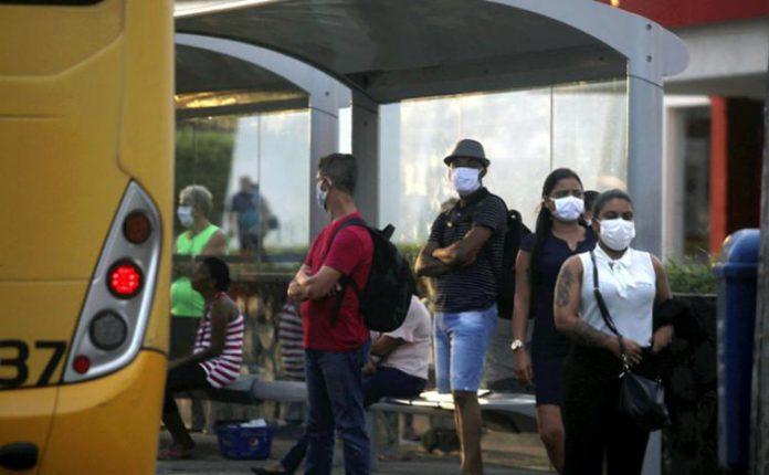 Ouso de mA partir desta segunda-feira (25), os ônibus de Belo Horizonte vão disponibilizar dispensers de álcool em gel e máscaras de graça aos passageiros.áscaras passou a ser obrigatório nos transportes coletivos intermunicipais e metropolitanos em Minas Gerais nesta semana.