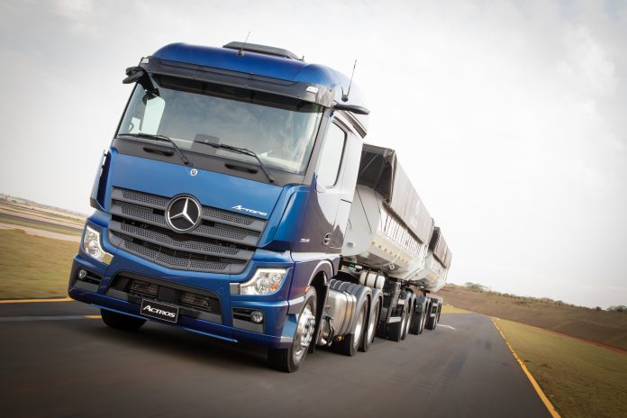 Apesar do momento delicado em função da pandemia do coronavírus, a Mercedes-Benz comemora o marco de 1.000 caminhões extrapesados da linha Novo Actros