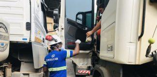 A Copersucar está promovendo a distribuição de lanches aos caminhoenriso que chegam ao Porto de Santos. Dessa forma, a empresa especialista
