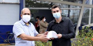 Os primeiros 150 protetores faciais produzidos na fábrica da Volkswagen Caminhões e Ônibus foram entregues ontem (13) à prefeitura de Resende (RJ),