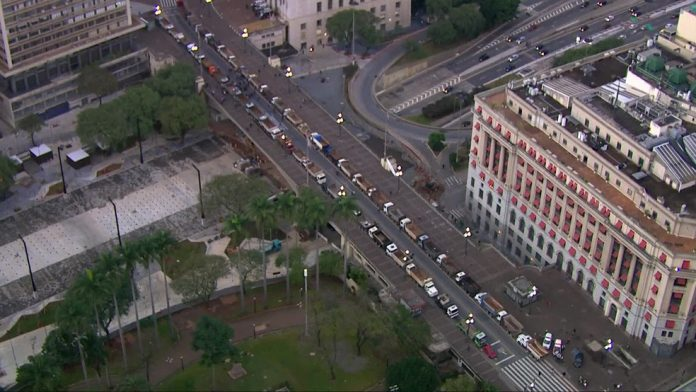 Um grupo de caminhoneiros protestou na manhã desta segunda-feira (29), em frente à Prefeitura de São Paulo, no Centro da cidade.