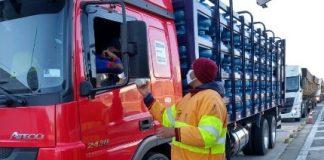 Os caminhoneiros estão recebendo importantes ajudas para garantir a alimentação e os cuidados com a higiene pessoal. Somente no mês de maio