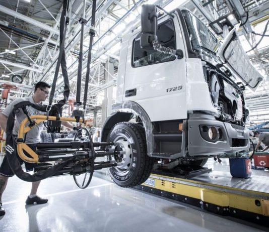 A Mercedes-Benz retomou ontem, 1, o segundo turno na produção de caminhões em São Bernardo do Campo, SP. Dessa forma, a montadora