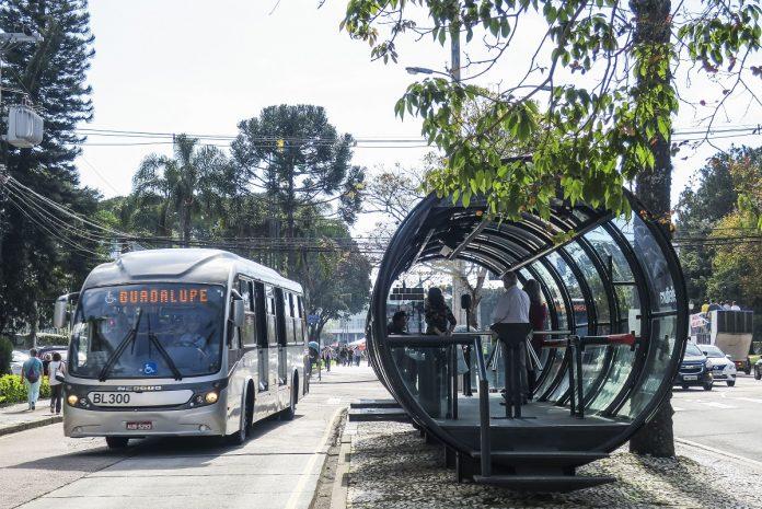 Os ônibus do transporte público de Curitiba voltarão a circular com até 50% da capacidade de lotação máxima a partir de hoje (3)