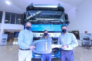 A DAF MacPonta, concessionária da rede DAF Caminhões Brasil, acaba de realizar a venda das duas primeiras unidades do novo DAF XF,
