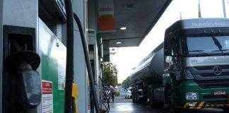 O governo federal negocia com Estados para alongar a periodicidade do reajuste de ICMS, imposto estadual, sobre combustíveis. Assim, a ideia seria mudar
