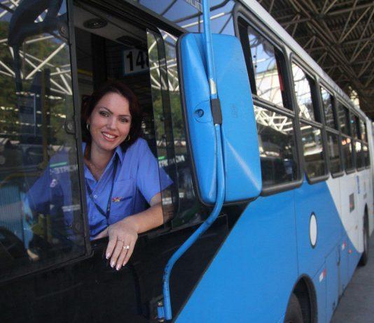 """Em homenagem ao Dia Internacional da Mulher, a FreteBras, plataforma de transporte de cargas, apresenta dados da pesquisa """"Mulheres da Logística""""."""