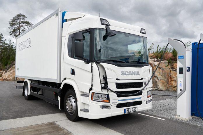 A Scania lançou nesta terça-feira (15) na Europa sua primeira linha de caminhões elétricos. São dois modelos, das séries L e P, voltados para o transporte