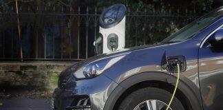 OReino Unido vai proibir a venda de novos carros e vans movidos a gasolina e diesel a partir de 2030. Assim, a decisão antecipa em cinco anos