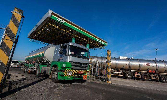 O preço médio do diesel subiu 8,55% nos postos do Brasil na primeira metade de março de acordo com relatório da Ticket Log. Dessa forma, os esforços