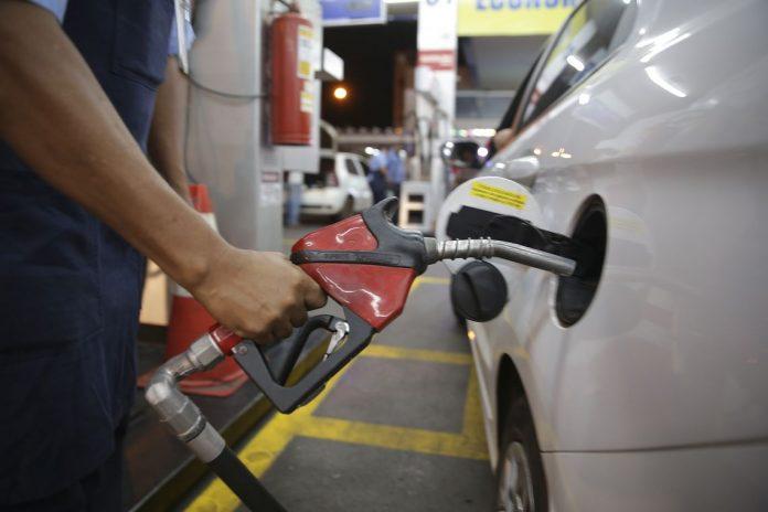 De acordo com a Abicom (Associação Brasileira dos Importadores de Combustíveis), o preço da gasolina no mercado interno está defasado em média em 8% e