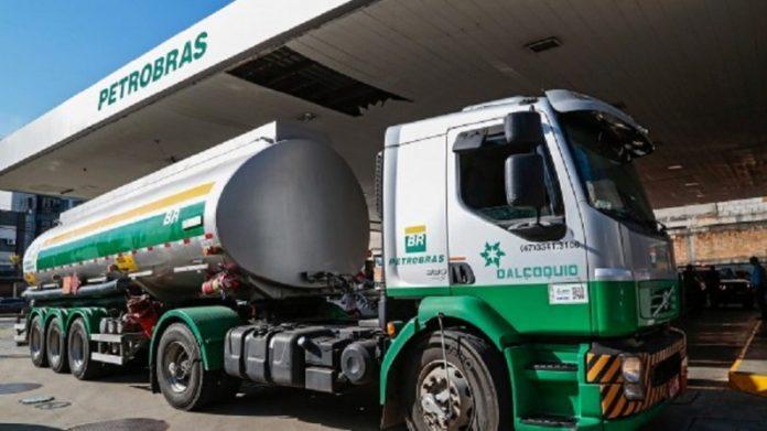 A Petrobras reduziu, no último sábado, 1. os preços para venda de gasolina e diesel nas refinarias. Com isso, o diesel teve um recuo de 2,2%