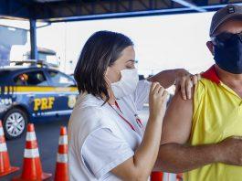 Distribuição nacional de vacinas contra covid-19 para demais trabalhadores do transporte é iniciada pelo Ministério da Saúde.