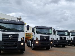 A VW Caminhões e Ônibus acaba de entregar as primeiras unidades do Constellation 33.460. Um lote composto com seis unidades do caminhão,