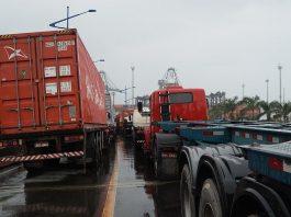 Um acordo com reajuste de 18% entre representantes dos motoristas transportadores de contêineres e das empresas transportadoras de cargas,