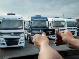 VW Caminhões e Ônibus oferece aos clientes o serviço de adesivo de pagamento automático da ConectCar com mensalidade gratuita por 12 meses.