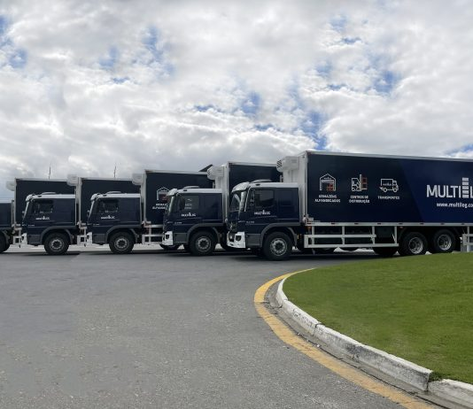 A Multilog acaba de receber cinco caminhões Mercedes Benz, modelo 2430, cabine leito, teto baixo. Além disso, todos são equipados com tecnologia termostática